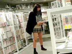 【パンチラ盗撮】デカ尻に食い込むパンツがエロすぎ!店内にいる制服姿の素人娘の超ミニスカを逆さ撮り撮影したお宝映像♡の画像