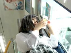 【パンチラ盗撮】通学中の激カワリアル制服JKの無防備なむっちり太もものに挟まれた可愛いパンツを隠し撮りされる【個人流出】の画像
