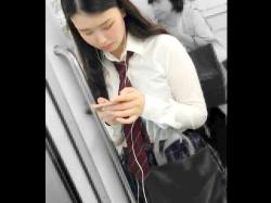【パンチラ盗撮】電車内でスマホイジってる黒髪ロングの制服女子校生のサテンパンティをこっそり隠し撮りw【素人投稿|個人流出】の画像