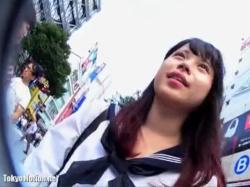 【パンチラ盗撮】街中でブラブラしてる超ミニスカギャルJKのスカート内の太ももををこっそり隠し撮り【素人投稿|個人流出】の画像