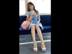 【パンチラ盗撮】ワンピース姿の長身美人お姉さんの無防備な足の長い美脚とパンツをスマホ撮影で隠し撮り【素人投稿|個人流出】の画像