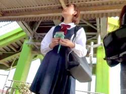 【パンチラ盗撮】電車待ちでスマホに夢中の可愛い制服ギャルJKの無防備なスカート内をこっそり隠し撮り【素人投稿|個人流出】の画像