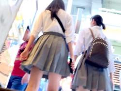 【パンチラ盗撮】可愛い美少女ギャルJK達が店内で遊んでいて無防備なサテンパンティをこっそり隠し撮り【素人投稿|個人流出】の画像