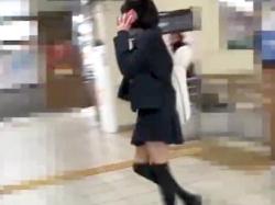 【パンチラ盗撮】ミニスカギャルJK電車内でスマホに夢中で無防備になってるパンツをこっそり逆さ撮り【素人投稿|個人流出】の画像