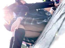 【パンチラ盗撮】夢の国で友達同士で遊んでる制服ギャルJK達のミニスカ内の白パンツをこっそり隠し撮り【素人投稿|個人流出】の画像