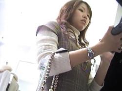 【パンチラ盗撮】アパレルショップ店員の可愛いギャルが仕事中無防備なスカート内をこっそり逆さ撮り【素人投稿|個人流出】の画像