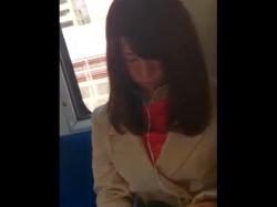 《パンチラ動画》駅のホームで見つけたお姉さんを追いかけスカートをめくって隠し撮り盗撮の画像