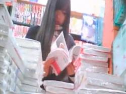 《パンチラ動画》白いナプキンがチラリ!漫画を立ち読みする可愛いJKのパンティを隠し撮り盗撮の画像