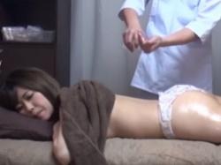 《マッサージ動画》媚薬を配合したオイルで施術を受けるお姉さんを隠し撮り盗撮の画像