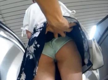 《パンチラ動画》豪快なめくり!エスカレーターでスカートをめくって隠し撮り盗撮の画像