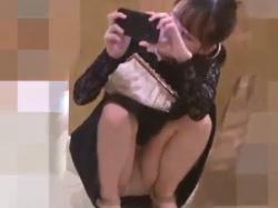 《パンチラ動画》結婚式で撮影していた無防備お姉さんのパンティを隠し撮り盗撮の画像