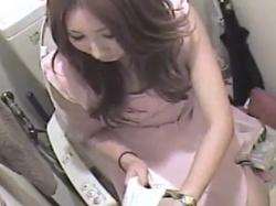 《オナニー動画》トイレでこっそりと自慰行為を楽しむキャバ嬢を隠し撮り盗撮の画像