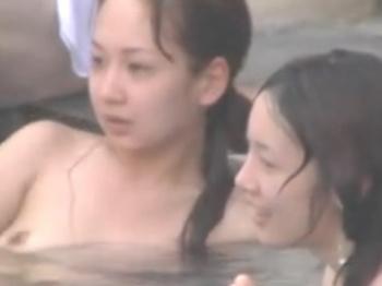 《風呂動画》露天風呂で目移りしてしまうお姉さんたちの裸体を隠し撮り盗撮の画像
