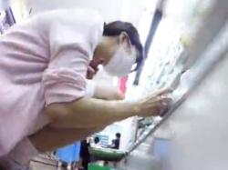 《パンチラ動画》コンビニで商品を見ている看護師さんのスカートの中を隠し撮り盗撮の画像