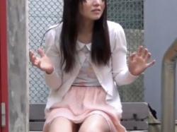 《排泄動画》我慢できずベンチに座ったままお漏らしするお姉さんを隠し撮り盗撮の画像
