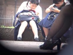 《パンチラ動画》友達とのおしゃべりに夢中になっている制服少女を隠し撮り盗撮の画像