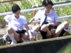 《排泄動画》野外で友達と並んで連れションする制服女子たちを隠し撮り盗撮の画像