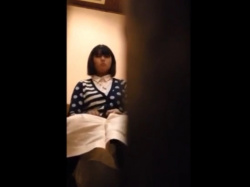 《排泄動画》カフェのトイレに仕掛けたカメラでお姉さんたちを隠し撮り盗撮の画像