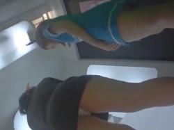 《パンチラ動画》ゲームセンターのプリクラコーナーでスチュワーデス仮装の女の子たちを隠し撮り盗撮の画像