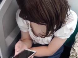 《胸チラ動画》電車で見つけたスマホに夢中なお姉さんの胸元を隠し撮り盗撮の画像