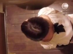 《排泄動画》カフェのトイレにカメラ仕掛けてお姉さんたちを隠し撮り盗撮の画像