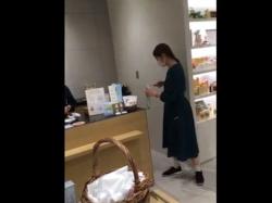《パンチラ動画》ショップで働く店員さんのスカートの中を隠し撮り盗撮の画像