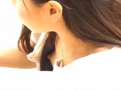 《胸チラ動画》胸元がガバガバで乳首が見えているお姉さんたちを隠し撮り盗撮の画像