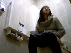 《排泄動画》コンビニのトイレで一息つきながら用を足すお姉さんを隠し撮り盗撮の画像