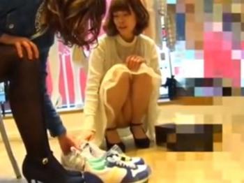 《パンチラ動画》靴の試し履きで接客中の店員さんを隠し撮り盗撮の画像