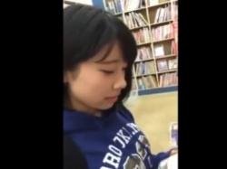 《パンチラ動画》古本屋で立ち読みに夢中な可愛い制服少女を隠し撮り盗撮の画像