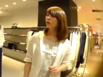 《パンチラ動画》接客中の美人店員さんのパンティを何度も隠し撮り盗撮の画像