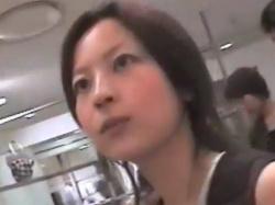 《胸チラ動画》乳首がチラリと見えてる美人店員さんを隠し撮り盗撮の画像