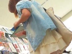 《パンチラ動画》商品を選んでいるミニスカートの女子を隠し撮り盗撮の画像