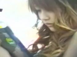 《パンチラ動画》棚の向こうにいるミニスカ娘を気づかれないように隠し撮り盗撮の画像