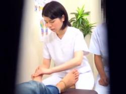 《マッサージ動画》指導者から尻穴を触られる足裏マッサージ師のお姉さんを隠し撮り盗撮の画像