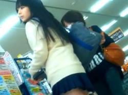 《パンチラ動画》スカートが短すぎな制服美少女を隠し撮り盗撮の画像