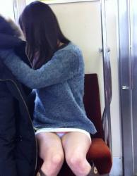 【電車対面】1日の疲れが吹っ飛ぶ電車内パンチラ盗撮エロ画像の画像
