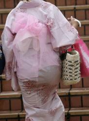 【浴衣】夏祭りの季節によく見る透けパンしてる浴衣美女を盗撮の画像