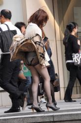 【風チラ】風のいたずら スカートがめくれた瞬間を逃さない風チラ盗撮の画像