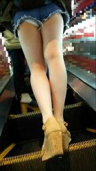 【ホットパンツ】お尻太もも隙パンなど複数の楽しみ方があるホットパンツ女子を街撮り盗撮の画像