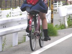 【自転車】パンチラや太ももが楽しめる自転車に乗った女の子たちの街撮り盗撮エロ画像の画像