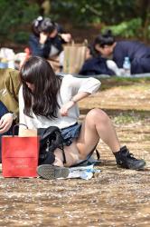 【しゃがみ】公園で休憩やピクニックをしてる美女のしゃがみパンチラ盗撮エロ画像の画像
