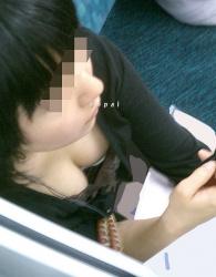 【胸チラ】電車やバスで座らない方がいい理由がこれ!胸チラ盗撮エロ画像の画像