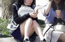 【ミニスカ】スラッと伸びた美脚とたまに拝めるパンチラが素晴らしい街撮り盗撮ミニスカ美女の画像