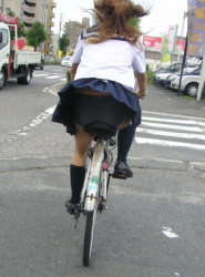 【自転車】見るなというのが無理なスカートで自転車に乗る女子を盗撮の画像