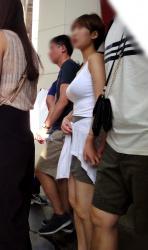 【着衣巨乳】重量級の存在感を放つ着衣巨乳美女を街撮り盗撮の画像