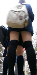 【ニーソ】オタクアイテムだったのも昔の話なニーソを履いた美脚美女を街撮りの画像