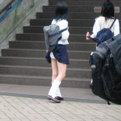【JK】まだまだ無防備で色々なところでパンチラしている制服JKを街撮り盗撮の画像