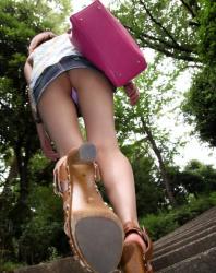 【逆さ撮り】階段の傾斜を利用したローアングルパンチラ盗撮の画像