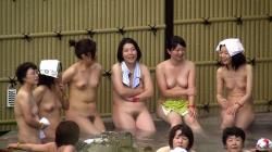 【風呂】露天風呂に入っている美女たちを望遠レンズで盗撮の画像